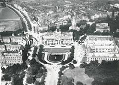 Luftaufnahme vom Sievekingplatz; im Bildzentrum befindet sich das OLG mit Brunnen, dahinter die Gnadenkirche. Auf der linken Seite liegt das Amtsgericht u. im rechten Bereich der Abb. das Strafgericht.