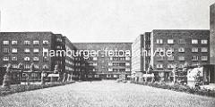 Blick über den Semperplatz mit jungen Bäumen zum Wohnblock zwischen Semperstrasse und Goldbekufer. Entwurf Architektenbüro Grell & Pruter,  die auch 1926  den Eingangsbereich der Margarinenfabrik Voss in Barmbek oder den Ochsenwerder Bahnhofentw