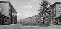 Altes Architekturfoto, Blick in die Hölderlinsallee der Hamburger Jarrestadt - lks. Geschäft und Wohnblock, Architekten Diestel & Grubitz - re. Wohnblock des Architekten Richard Ernst Oppel.