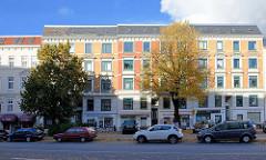 Blick über die Barmbeker Straße zum Grasweg in Hamburg Winterhude - Gründerzeit Wohnhäuser mit Geschäften im Erdgeschoss; parkende Autos.