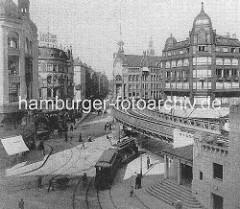 Strassenkreuzung am Rödingsmarkt - eine Strassenbahn fährt unter das Hochbahnviadukt in den Großen Burstah - in der Bildmitte der Alte Wall, re. Graskeller.