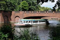 Fahrgastschiff auf dem Goldbekkanal unter der Stadthallenbrücke - Backsteinarchitektur vom Oberbaudirektor Kurt Schumacher.