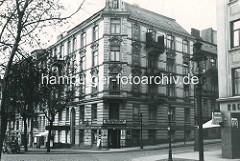 Historisches Bild aus Hamburg Winterhude - Gründerzeitgebäude Grasweg Ecke Ulmenstrasse, Kneipe Stadtparkschänke / Billbräu; re. eine Konditorei / Kaffee mit Eisverkauf.