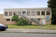 Profane Gewerbearchitektur - rechteckiges Gebäude mit gelber Klinkerfassade, Gewerbegebiet Borsigstrasse / Reinbek.