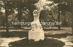 """Ehem. Skulptur im Hamburger Stadtpark - Mutter mit Kind"""" Elena Luksch-Makowska; Stein um 1920."""