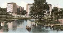 Mündung vom Leinpfadkanal in die Alster bei Hamburg Winterhude - im Hintergrund mehrstöckige Wohnhäuser an der Sierichstrasse / Hudtwalckerstrasse.