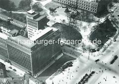 """Historische Luftaufnahme - erstes Hamburger Hochhaus, um 1900 vom """"Deutschnationalen Handlungsgehilfenverband"""" in Auftrag gegeben - die Architekten waren Lundt & Kallmorgen. Die Skulpturen wurden von Karl Opfermann u. Ludwig Kunstmann erschaffen."""