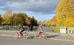 Görnebrücke über die Alster zwischen den Stadtteilen Hamburg Eppendorf / Winterhude - Bäume mit Herbstlaub säumen den Fluss.