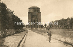 Ehem. Wasserturm - Planetarium im Hamburger Stadtpark, Spaziergängerin.