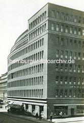 Altes Foto vom Mohlenhof in der Hamburger Altstadt. Das Kontorhaus Mohlenhof am Burchardplatz wurde nach den Entwürfen der Architekten Schoch, zu Putlitz und Klophaus 1928 fertig gestellt.