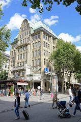 Blick über die Hamburger Mönckebergstrasse zum Barkhof, erbaut1910 - Architekt Franz Bach; Fussgänger überqueren die Strasse.