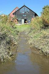 Slipanlage der Bootswerft Cranz an der Este. Von 1868 bis 1992 wurden in jetzt unter Denkmalschutz stehenden Bootshalle Kähne und Beiboote aus Holz gefertigt.