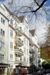 Mehrstöckiges Wohnhaus mit kleinen Geschäften - Grasweg in Hamburg Winterhude.