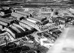 Historisches Luftbild von Hamburg Winterhude / Wohnsiedlung Jarrestadt. Im Vordergrund Gewerbe / Kleinindustrie an der Jarrestrasse, in der Bildmitte die Hölderlinsallee, die zum zentralen Schneider-Wohnblock führt.