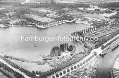 Luftaufnahme vom Stadtparksee im Hamburger Stadtpark - im Vordergrund die Liebesinsel - re. die Stadthalle.