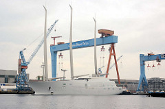 Die Segelyacht White Pearl kehrt von einer  Probefahrt in den Kieler Hafen zurück; das Luxusschiff legt am Werftkai an.