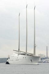 Die Segelyacht White Pearl kehrt von einer  Probefahrt in den Kieler Hafen zurück.