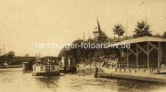 Altes Bild vom Anleger Winterhuder Fährhaus mit Wartehäuschen aus Holz und Alsterdampfer - im Hintergrund das Winterhuder Fährhaus.