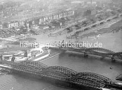 Historische Luftaufnahme ca. 1930 von den Elbbrücken über die Norderelbe - Blick auf die Hafenanlagen, Gewerbe und Wohngebäude von Entenwerder / Hamburg Rothenburgsort, Haken - Zollhafen für Binnenschiffe. Lks. / Bildmitte die Einfahrt zum