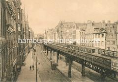 Historische Darstellung vom Hochbahnviadukt am Rödingsmarkt; eine Hochbahn fährt Richtung Millernthor; im Hintergrund das Gebäude der Haltestelle.