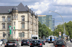 Blick von der Altmannbrücke in Hamburg St. Georg zur Kurt Schumacher Allee; lks das Gebäude vom Museum für Kunst und Gewerbe - im Hintergrund moderne Büroarchitekur, fahrende Autos.