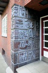 Keramikdekor / Richard Kuöhl - Hauseingang, Kornträgergang  - Wohnsiedlung, erbaut 1933 - 1937; Hamburg Neustadt.
