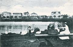 Historisches Hamburgmotiv - Kindermädchen / Mutter mit Kinderwagen auf einer Bank im Eichholzpark, spielendes Kind - Villen am Alsterufer in Hamburg Winterhude, Leinpfad.