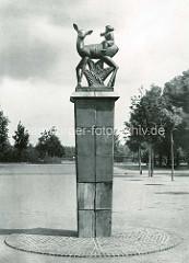 """Ehem. Skulptur beim Planschbecken im Hamburger Stadtpark - Reh mit Kind"""" Richard Kuöhl; Keramik um 1920."""
