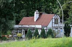 Das Entenwerder Fährhaus ist seit 1873 ein Gaststätte am Ufer der Elbe. Das historische Fachwerkhaus des Ausflugslokals befindet sich am Eingang des Elbparks Entenwerder; von der Gartenterrassen blicken die Gäste auf die Norderelbe.