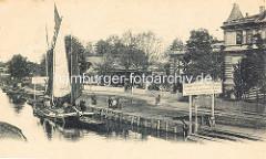 Anleger am Winterhuder Quai - ein Ewer liegt mit gesetztem Segel am Anleger, re. das Winterhuder Fährhaus in Hamburg.