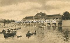 Stadthalle am Stadtparksee im Hamburger Stadtpark - Kanus auf dem Wasser.
