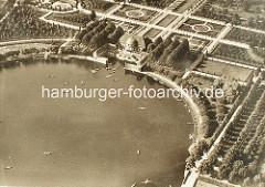 Historisches Luftbild / Luftaufnahme vom Stadtparksee im Hamburger Stadtpark - Kanus auf dem Wasser, Anleger Parkcafé.