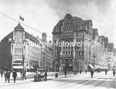 Hamburg historisch, Blick von der Mönckebergstrasse Richtung Spitalerstrasse; lks. das Kontorhaus Seeburg - re. der Barkhof.  Verkaufskarren mit Gemüse / Obst am Strassenrand, Passanten.