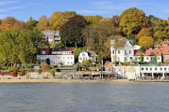 Strandperle - Cafés am Elbufer in Hamburg Othmarschen - Wohnhäuser am Elbufer in Oevelgönne - Herbststimmung, bunte herbstlich gefärbte Bäume am Elbhang.