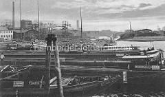Historische Aufnahme vom Haken in Hamburg Rothenburgsort - re. der Zollhafen Entenwerder. Binnenschiffe liegen dicht beieinander an den Dalben. Am Ufer Krananlagen und Speicher / Lagergebäude. Im Bildzentrum im Hintergrund der Wasserturm von H