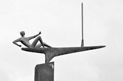 Skulptur Der Segler von Karlheinz Goedtke am Kieler Hafen, Bronze 1962.