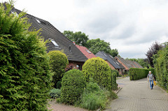 Doppelhäuser mit Vorgärten; Reinbek, Kreis Stormarn.