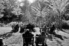 Herbstnachmittag im Hamburger Stadtpark - alle Holzstühle auf der Liebesinsel am  Stadtparksee sind besetzt.