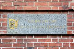 Marmorschild, Inschrift Landgericht - Staatsanwaltschaft; Landeswappen Schleswig Holstein / Eingang Landgericht Kiel.