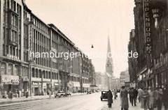 Alte Fotografie von der Mönckebergstrasse - Geschäftsschilder Peek & Cloppenburg, Passanten - Kirchturm der St. Petrikirche.