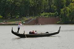 Gondel mit Fahrgästen auf dem Hamburger Stadtparksee.