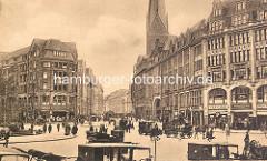 Historische Ansicht von der Hamburger Altstadt - Blick vom Rathausmarkt in die Mönckebergstrasse; Pferdefuhrwerke -  PKW, Passanten / Kirchturm der St. Petrikirche.