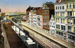 Historische Bilder aus der Hamburger Altstadt - Hochbahnzug auf dem Viadukt am Rödingsmarkt - Geschäftshäuser, Kontorhäuser an der Strasse - im Hintergrund die Elbe und Industrie im Hamburger Hafengebiet.