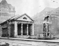 Architektur Bücherhalle am Mönckebrunnen, Archtekt Oberbaudirektor Fritz Schumacher 1914 - der Löwe auf dem Sockel wurde vom Bildhauer Prof. Georg Wrba entworfen.