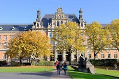 Das Gebäude für die Strafgerichtsbarkeit am Sievekingplatz in der Hamburger Neustadt wurde 1879–1882 nach Entwurf von Hans Zimmermann errichtet.