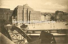 Blick über die Wandrahmsbrücke und den Zollkanal auf den Deichtorplatz und dem Kontorhaus, Ballinhaus / Messberghof - re. das Ibsenhaus in der Hamburger Altstadt.