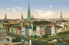 Historische Darstellung der Hamburger Altstadt - Blick über den Binnenhafen in den Rödingsmarkt, eine Hochbahn fährt auf dem Viadukt - Türme von Kirchen und Rathaus.