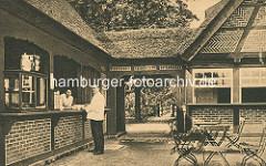 Bedienung / Ausschank im Altländer Bauernhaus im Hamburger Stadtpark - Reetdachhaus.