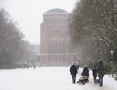 Winterspaziergang im Schnee beim Planetarium im Hamburger Stadtpark.
