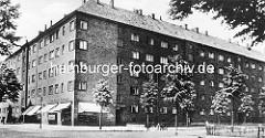 Historische Aufnahme von Hamburg Winterhude - Glindweg Ecke Jarrestrasse;  Geschäft mit Markisen, Strassenbäume.